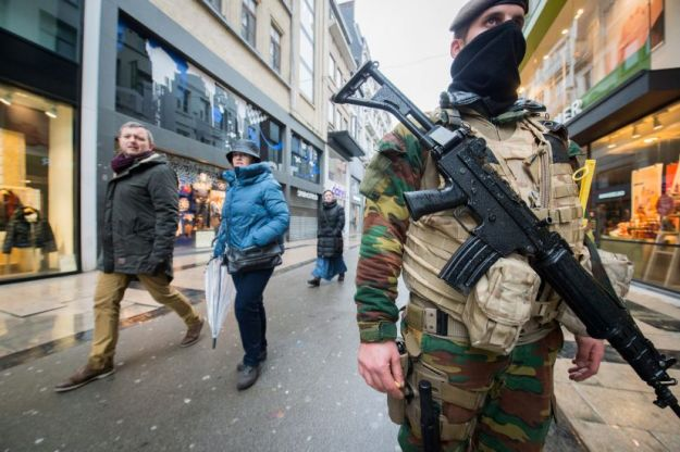 BR071. Brussels (Belgium), 21/11/2015.- Soldiers and police patrol in Rue Neuve, the biggest shopping street in Brussels where all stores had to close following the terror alert level being elevated to 4/4, in Brussels, Belgium, 21 November 2015. Belgium raised the alert status at Level 4/4 as 'serious and imminent' threat of an attack, the main effect are closing of all Metro Line in Brussels, all soccer match of league one and two cancel in all country. The Belgian government said it had concrete evidence of a planned terrorist attack that would have employed weapons and explosives. (Bruselas, Bélgica, Atentado, Terrorista) EFE/EPA/STEPHANIE LECOCQ
