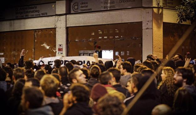 els_manifestants_reobren_el_banc_expropiat_de_gracia_700210