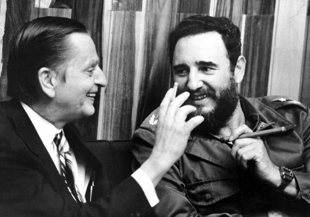 ARCHIV - Olof Palme zu Besuch bei Fidel Castro am 03.07.1975 in Havanna. Fidel Castro verzichtet definitiv auf das Amt des Staatschefs in Kuba. Dies kündigte der Regimechef in einer Erklärung an, die am Dienstag (19.02.2008) in der Internetausgabe der Parteizeitung «Granma» verbreitet wurde. Er werde aus gesundheitlichen Gründen nicht mehr für das Amt des Staatsratspräsidenten und des Oberkommandierenden kandidieren, erklärte Castro.  Foto: Hasse Persson  +++(c) dpa - Bildfunk+++