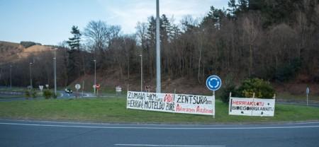 2017-02-21-autopistako-rotondan-pankarta-zumaiaren-zentsuraren-buruz-4_content