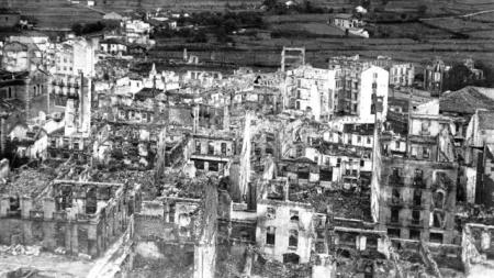 Guernica devastada pelos aviões da Condor, 1937