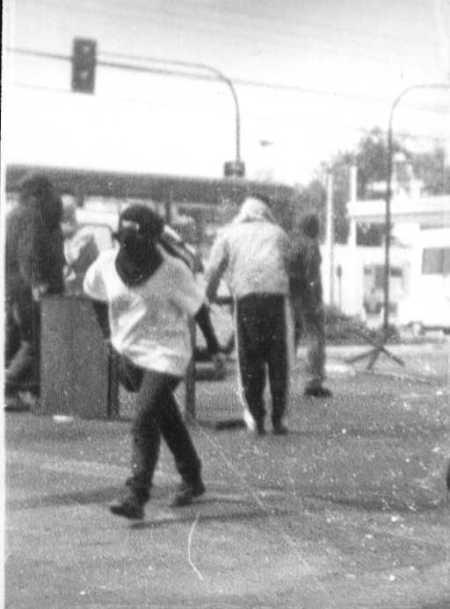 claudialopez-encapuchada-en-barricadas-por-el-29-de-marzo-de-1998-en-el-pedagogico-01
